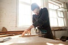 木工在地方木材生产工作 免版税库存图片