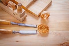 木工在木的飞机和木匠业凿子 图库摄影