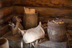 细木工技术工具、桶和马鞍在胸口在老谷仓 免版税库存图片