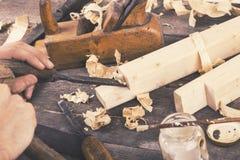 细木工技术-雕刻与凿子的木头 免版税图库摄影