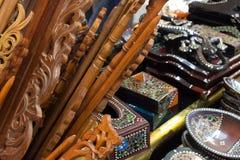 木工艺品手工制造从与样式的被雕刻的木传统工艺从印度尼西亚亚洲 免版税图库摄影