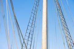 木帆柱、历史的帆船索具和绳索  库存图片