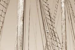 木帆柱、历史的帆船索具和绳索  库存照片