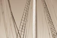木帆柱、历史的帆船索具和绳索  免版税库存照片