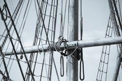 木帆柱、老帆船索具和绳索  库存图片
