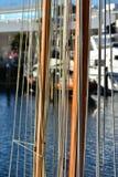 木帆柱和船具绳索 免版税库存图片