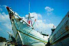 木帆船在雅加达,中爪哇省,印度尼西亚叫在Sunda Kelapa历史港的pinisi  免版税库存图片