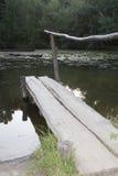 木平台,湖 库存照片