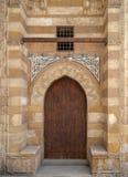 木年迈的难看的东西门和石头砖墙,其中一个蓝色清真寺的外门, Bab ElWazir区,开罗,埃及 免版税库存照片