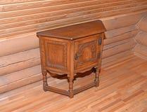 木床头柜在一用木材建造的墙壁附近站立 库存图片