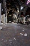 木座位,大理石柱&彩色玻璃Windows -被放弃的教会-纽约 库存照片