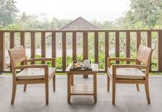 木庭院家具在有木椅子和桌的庭院里 免版税图库摄影