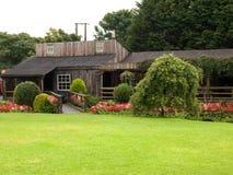 木庭院的房子 库存图片