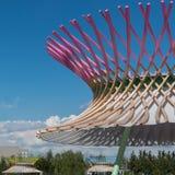 木弯曲的结构:与现代建筑Desi的大厦 免版税库存图片