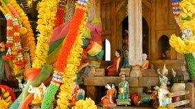 木微型保护神房子 小佛教寺庙寺庙,五颜六色的花诗歌选 圣phra phum 影视素材
