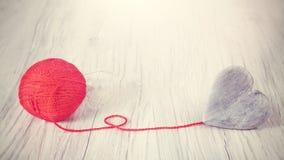木心脏连接了到红色毛线,概念图片 库存图片