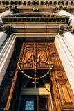 木念珠和十字架在入口对教会 免版税图库摄影