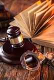 木惊堂木和书在木桌上 免版税库存照片