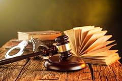 木惊堂木和书在木桌上 免版税库存图片