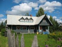 木房子俄国的样式 免版税库存照片