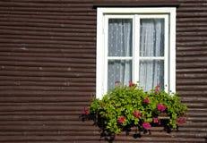 木房子农村的视窗 图库摄影