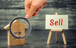 木房子和美元与题字出售 物产,家销售  价格合理的住房 公寓销售  ag不动产 图库摄影