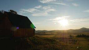 木房子在一个村庄在黎明在一个领域附近的一个村庄在黑山 股票视频