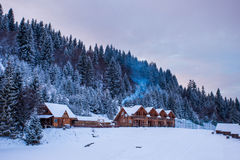木房子在冬天多雪的森林里 免版税库存照片