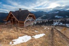 木房子在冬天森林里 库存照片