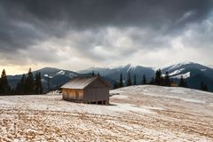 木房子在冬天森林里 图库摄影