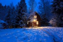 木房子在冬天森林里 免版税图库摄影
