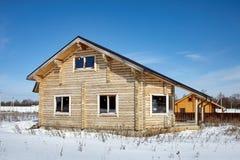 木房子在冬天,未完成的建筑,晴天 免版税库存照片