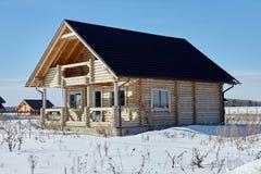 木房子在冬天,未完成的建筑,晴天 库存照片