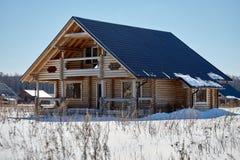木房子在冬天,未完成的建筑,晴天 图库摄影