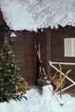 木房子在山的寒假 新年` s和圣诞节 免版税图库摄影