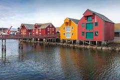 木房子在沿海挪威村庄 免版税库存图片