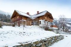 木房子在用展示盖的奥地利阿尔卑斯 免版税图库摄影