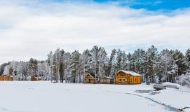 木房子在用雪包括的自然面积 库存图片