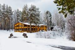 木房子在用雪包括的自然面积 库存照片