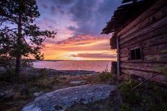木房子在黎明, Ladoga湖,卡累利阿,俄罗斯 免版税库存照片