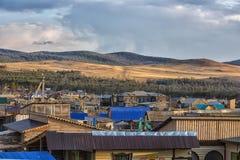 木房子在Khuzhir村庄  免版税库存照片