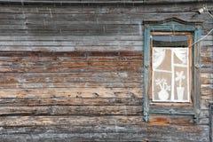 木房子墙壁在雨中与单块玻璃 免版税库存照片