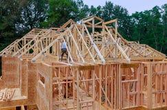 木房子家庭特写镜头新的棍子构筑的结构木框架修造了在家建设中下 库存图片