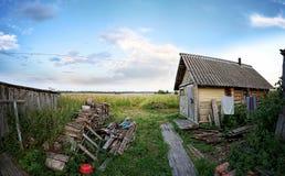木房子或公共浴室或者谷仓在村庄,多云天空,晴天 免版税图库摄影