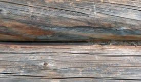 木房子特写镜头灰色老被锯的木日志  库存图片