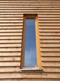 木房子现代的视窗 免版税库存照片