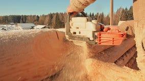 木房子的木匠运作的锯锯切日志 加拿大角度石工 加拿大样式 木房子由日志做成 股票视频
