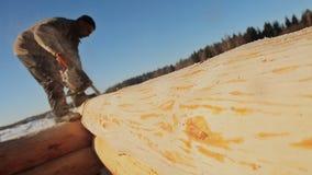木房子的木匠运作的锯锯切日志 加拿大角度石工 加拿大样式 木房子由日志做成 影视素材