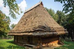 木房子老屋顶的秸杆 免版税库存图片