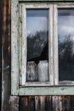 木房子老的视窗 免版税库存图片